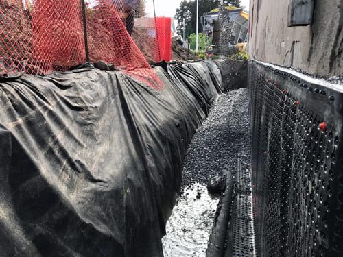 Excavation Fondasec - membrane, sceller les fissures, barres d'armature métalliques, ciment hydraulique, plaques d'acier, pierre concassée, excavation, drain français. | Fondasec.com